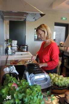 Ma mère Claudine à la cuisine pour restaurer nos vendangeurs.